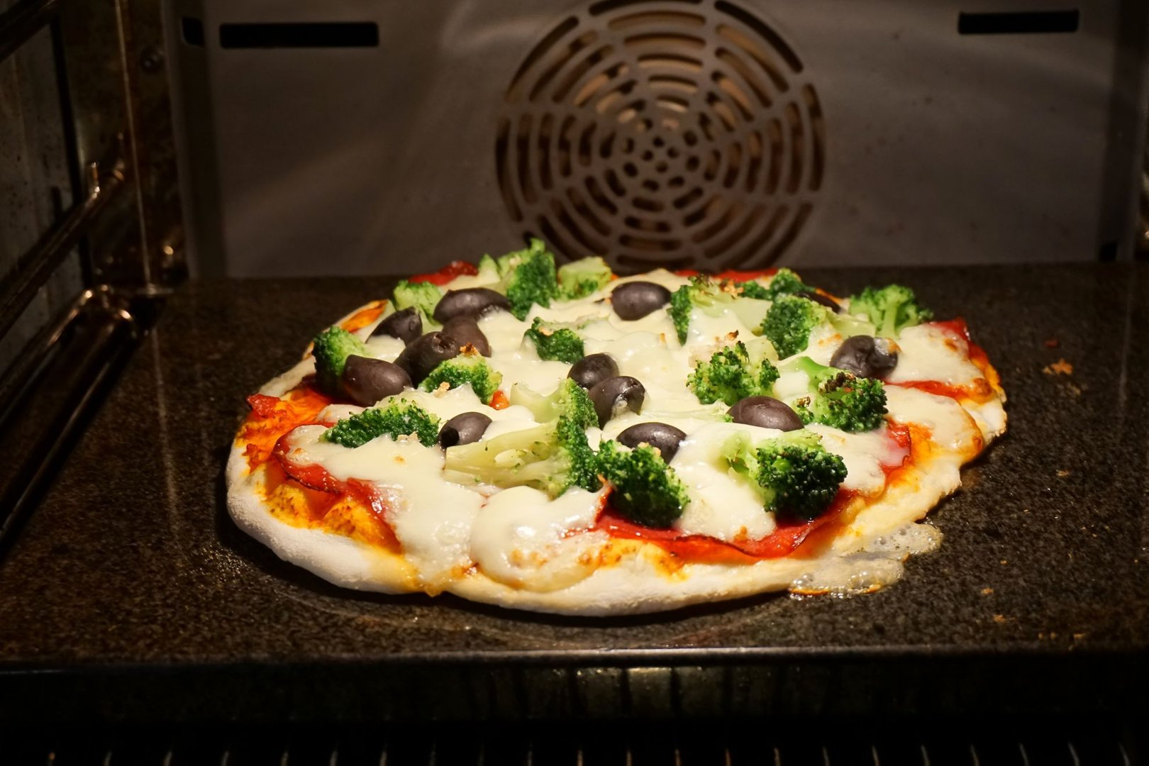 Enders Gasgrill Pizza : Cheesy crust pizza vom pizzastein grillrezepte chefgrill